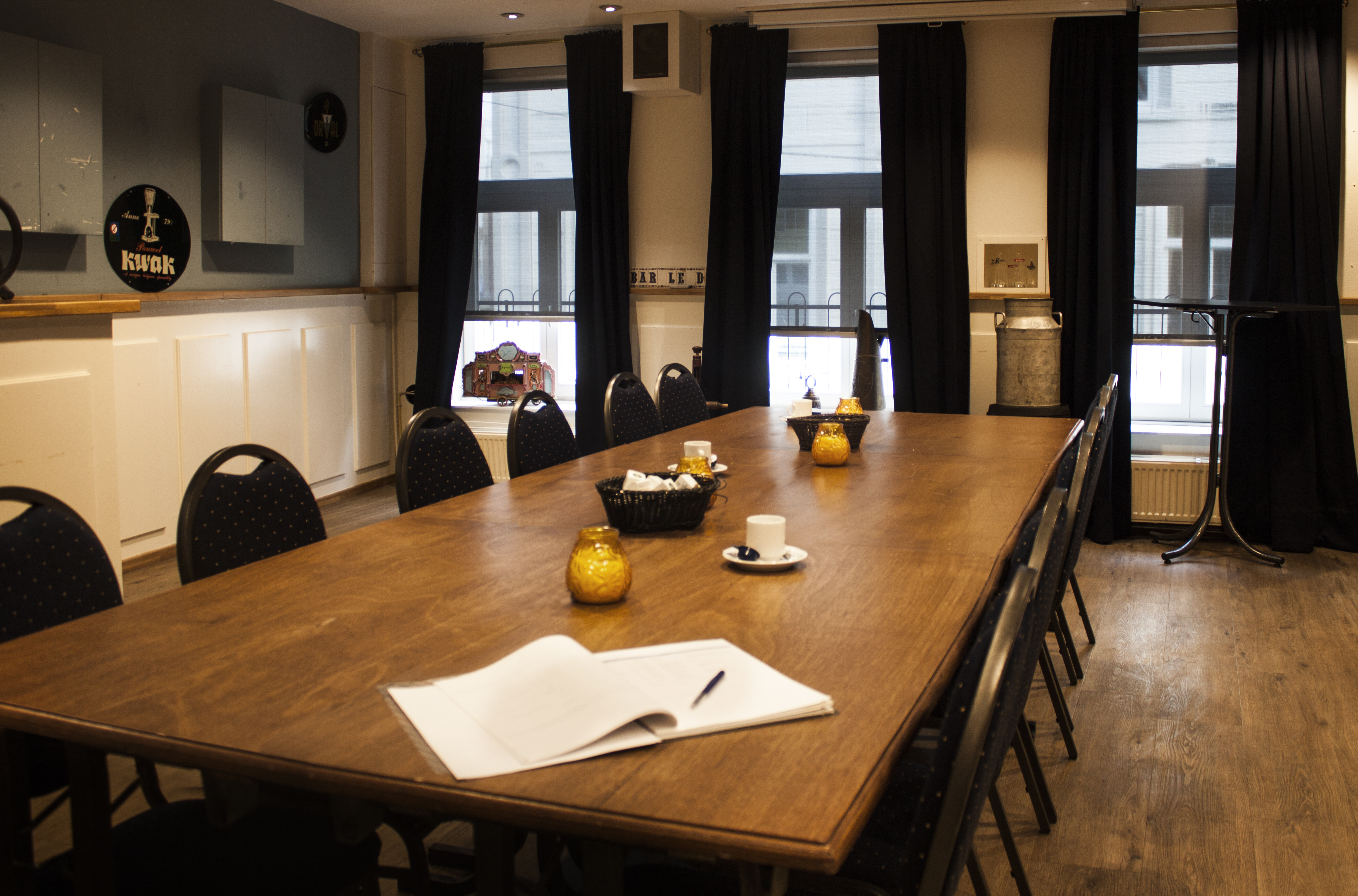 http://cafebarleduc.nl/wp-content/uploads/2015/10/Zaal-2-grote-tafel.jpg